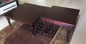 Table de salon en bois franc.