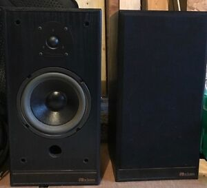 Pair of Axiom large Bookshelf Speakers - Excellent Condition