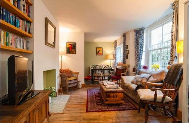 Reduced rent to look after 2 sweet cats for 6 weeks - 2 bed beautiful garden flat zone 2