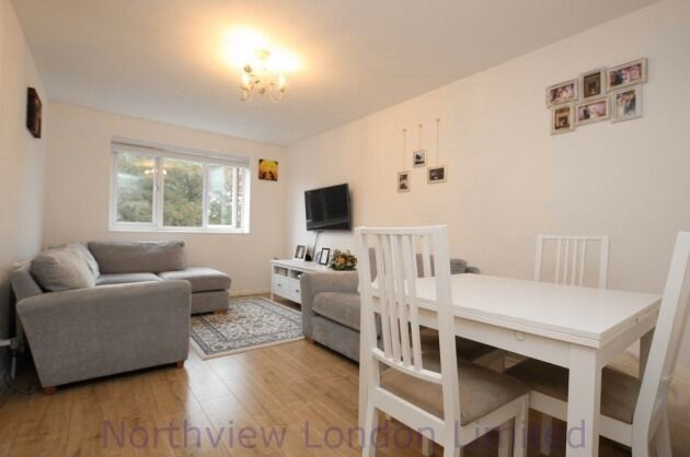 A stylish and well-presented one bedroom first floor flat in N11