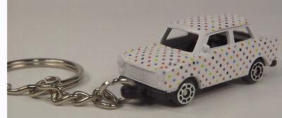 Trabant 601 Limousine weiß bunte Punkte Modellauto als HO Schlüsselanhänger