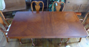 GORGEOUS DINING TABLE w/ 8 CHAIRS