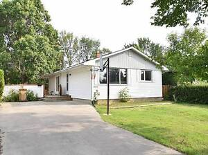 3 bedrooms clean house ,near Gold mile