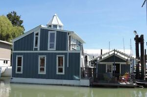MUST SEE! Executive Float Home w/ Full Size Kitchen