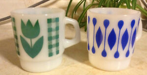 VINTAGE TERMOCRISA MILK GLASS WHIT GREEN TULIP AND BLUE RÉTRO