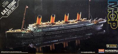 R.M.S. Titanic mit LED Beleuchtung Set MCP gefärbt 1:700 Model Kit Academy 14220