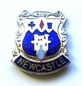 NEWCASTLE-STAFFORDSHIRE-ENGLAND-ENAMEL-LAPEL-PIN-BADGE-FREE-UK-P-P
