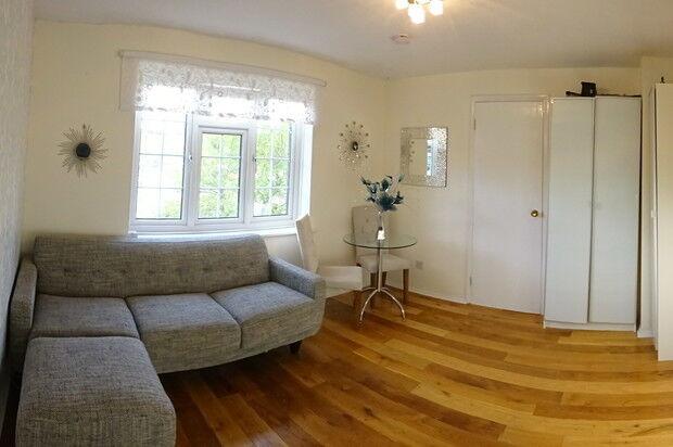 1 bedroom flat in Cromwell Close, London, W3