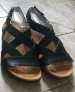 Size 4.5 brand new leather Naturalizer sandals