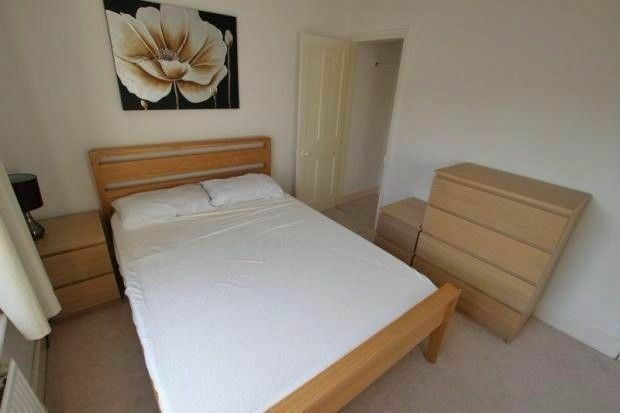 LARGE DOUBLE ROOM, ALL BILLS INCLUDED, AVAILABLE NOW - STRATFORD