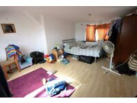 Studio flat in Ellerdine Road, HOUNSLOW, TW3