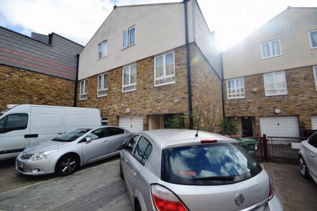 Studio flat in Fountain Place, Camberwell, SW9