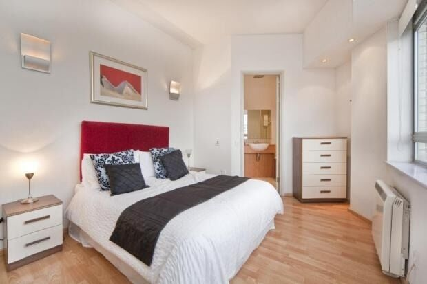 Modern Spacious Newly Refurbished 1 Double Bedroom Apartment With Flat Screen TV, Concierge & Gym