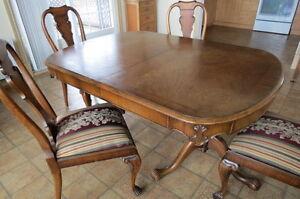 Table antique de salle à manger