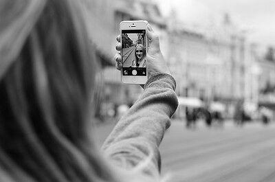Auch ein Trend in der Fotografie: das schnelle Selfie mit dem Smartphone (Paško Tomić (CC BY 2.0))