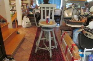 Ancienne chaise d'atelier industrielle en métal et bois