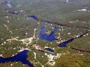 Bord de l'eau, très beau grand terrain plat, boisé, constructibl