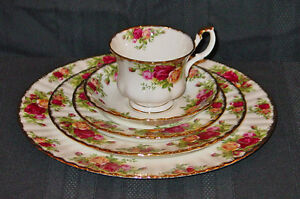 ROYAL ALBERT OLD COUNTRY ROSES 5-PCS PLACE SETTING 1962