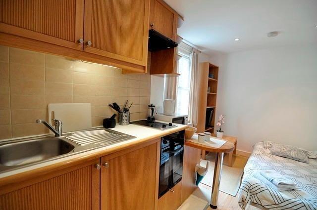 *West Kensington - Cosy Ground Floor Studio Flat with open kitchen and ensuite shower