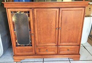 Armoire en bois avec porte vitrail à vendre