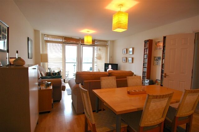 2 bedroom flat in Hull Place, Galleons Lock
