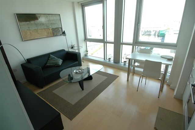 Studio flat in Ontario Tower, Fairmount Avenue, Canary Wharf