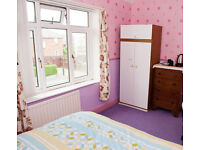 Double Room available - 2 miles / 15 minutes by bus from city centre: couples welcome