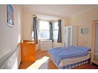 COUPLES OK *Cute double / TWIN room available 1 STOP FROM BANK * 2 min walk to the station