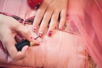 Etwas Fingerspitzengefühl und solch ein Design gelingt auch mit Nagellack.