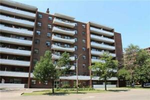 Open Concept 1 Bed Condo In Applewood - Very Low Maint Fee!!