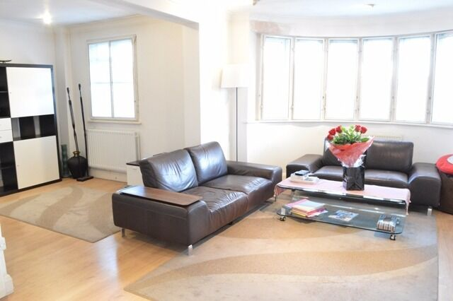 LARGE THREEDOUBLE BEDROOM FLAT located in the sought after Beaufort Park in Hampstead Garden Suburb