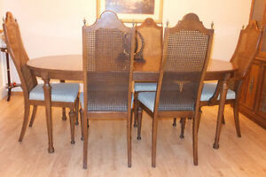 Very beautiful Dining table, 6 chairs and hutch