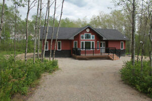 GORGEOUS COTTAGE ON LEE RIVER, LAC DU BONNET, ***HOT TUB**