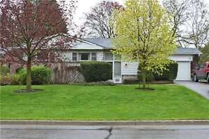 Spacious Bungalow in Newmarket Center for rent