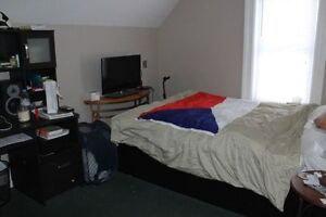 Students- LARGE 4/5 BEDROOM-2 BATH London Ontario image 3