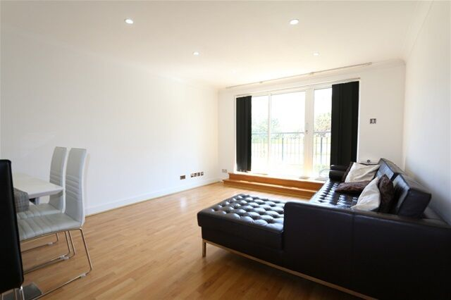 2 bedroom flat in Adventurers Court, 12 Newport Avenue, Docklands