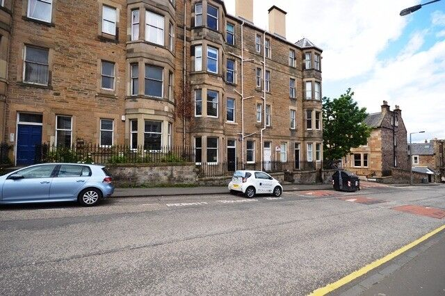 Stylish and spacious 2 bedroom flat in Bruntsfield available January – NO FEES