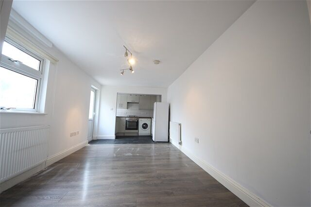 2 bedroom flat in Brownhill Road, Catford