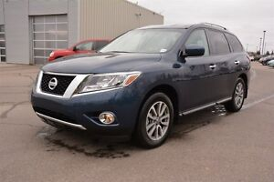 2016 Nissan Pathfinder SV AWD Accident Free,  3rd Row,  Back-up