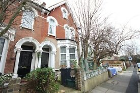 2 bedroom flat in Algiers Road, Ladywell