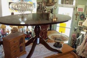 TABLE OVALE CENTRE  GRIFFE LION MÉTAL, BOMBAY