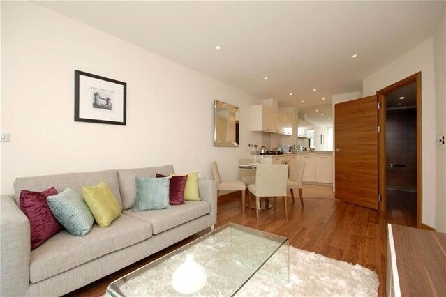 Brilliant Two Bedroom Apartment Facing From Hampton Ct Station and Near the River & Many Shops