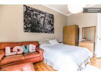 Stunning double room w/King Size bed in large, bright, fully furnished flat