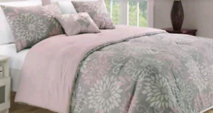 Duvet Cover & 2 Shams Queen Brand New Condition Used as decor