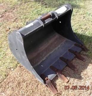 Excavator bucket new unused & other attachments earth moving