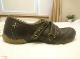 Clarks size 5 brown leather shoes