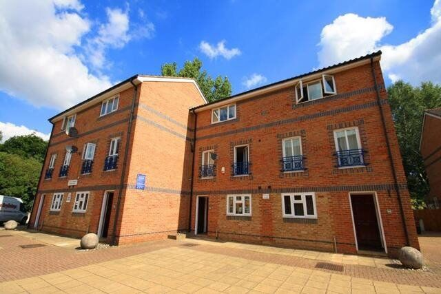 Brand new refurbished Spacious One Bedroom Furnished Fitted Kitchen Off-street Parking !!!