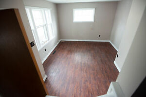 Beautiful Downtown Sunny Home--Gladstone INC Free PARKING