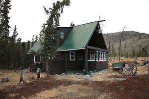 Cozy log cabin 50 km west of Whitehorse
