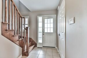 Stunning, Clean & Bright! Aurora Townhouse for lease!
